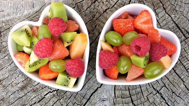 Une salade de fruits dans des bols en forme de coeur