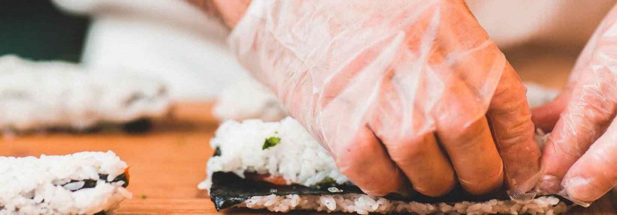 Préparation d'un burrito sushi